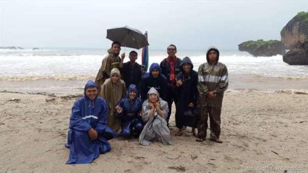 menggila lupa usia di pantai siung (4)