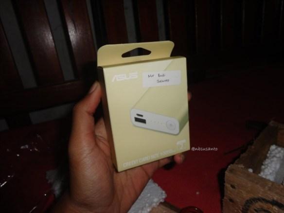 unboxing asus zenpower 10050 mAh seukuran kartu kredit (11)