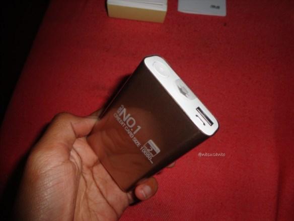 unboxing asus zenpower 10050 mAh seukuran kartu kredit (15)