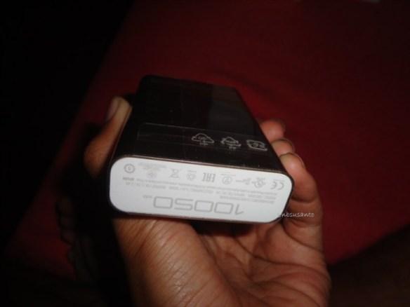 unboxing asus zenpower 10050 mAh seukuran kartu kredit (16)