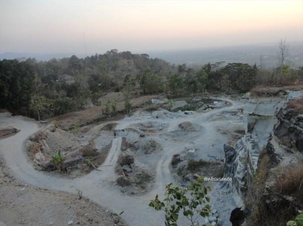 tebing bukit pertambangan batu breksi berbah sleman (37)