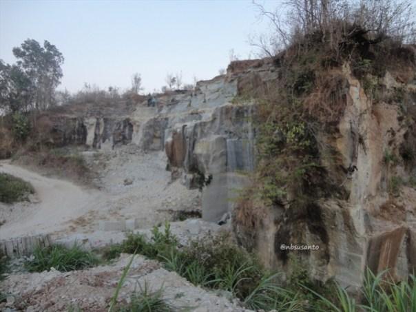 tebing bukit pertambangan batu breksi berbah sleman (66)