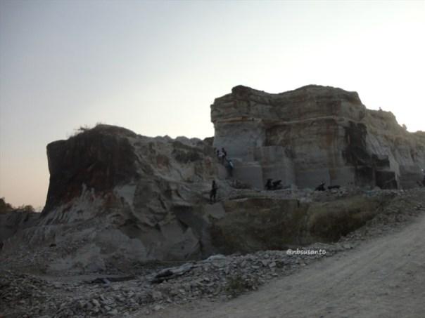 tebing bukit pertambangan batu breksi berbah sleman (7)
