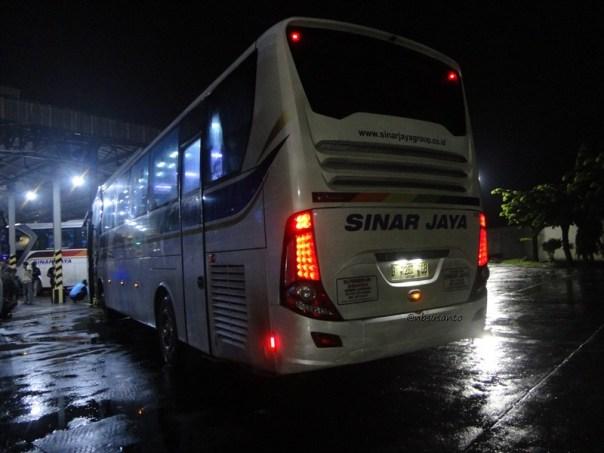 bus PO Sinar Jaya Yogyakarta Jakarta kelas Eksekutif karoseri Laksana Legacy SR1 (21)