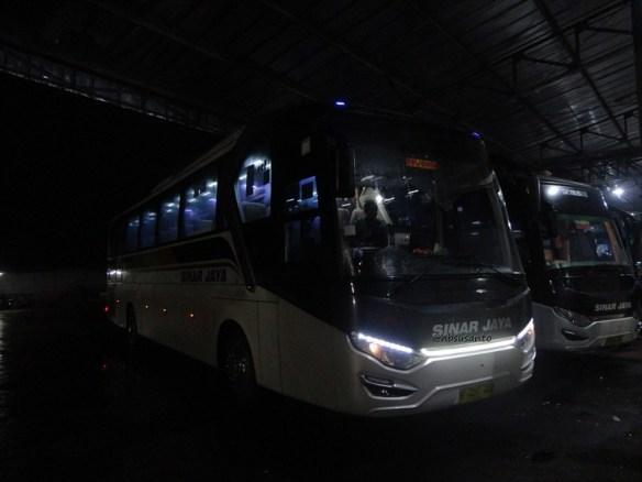bus PO Sinar Jaya Yogyakarta Jakarta kelas Eksekutif karoseri Laksana Legacy SR1 (26)