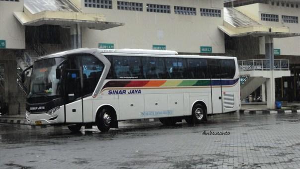 bus PO Sinar Jaya Yogyakarta Jakarta kelas Eksekutif karoseri Laksana Legacy SR1 (3)