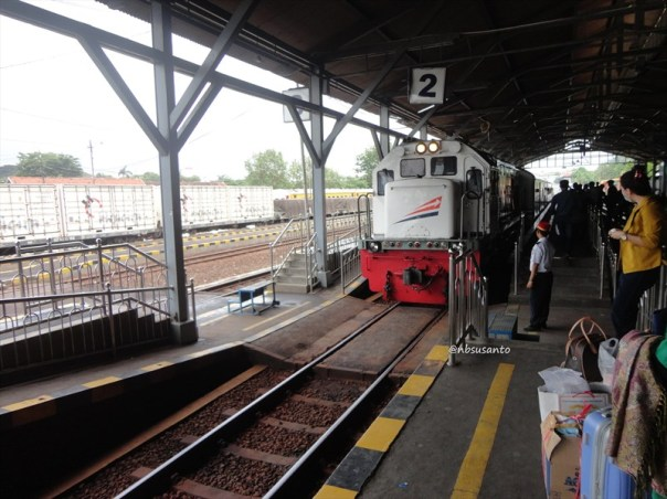 kereta api krakatau ekonomi ac relasi kediri - merak naik di lempuyangan - jatinegara (1)