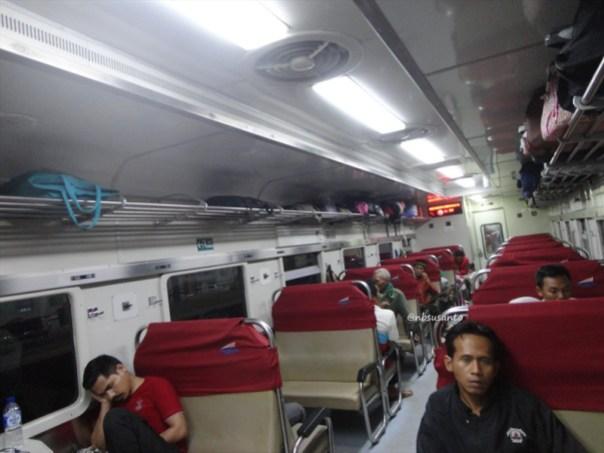 kereta api krakatau ekonomi ac relasi kediri - merak naik di lempuyangan - jatinegara (2)