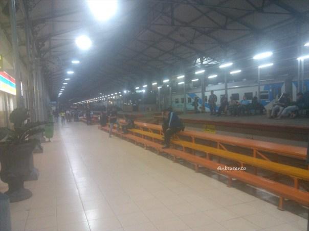 kereta api krakatau ekonomi ac relasi kediri - merak naik di lempuyangan - jatinegara (3)