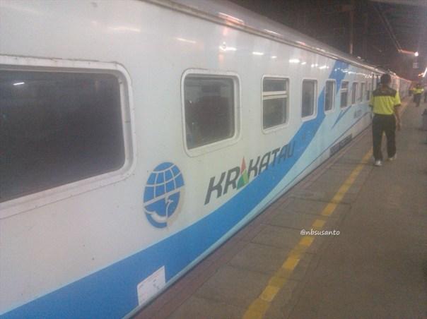kereta api krakatau ekonomi ac relasi kediri - merak naik di lempuyangan - jatinegara (4)