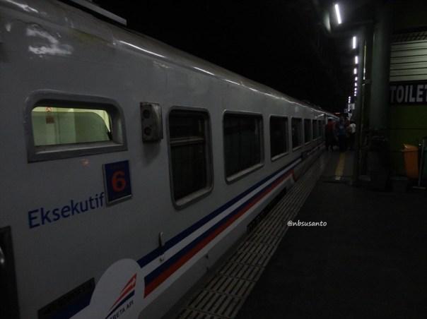 kereta api taksaka malam jakarta gambir - yogyakarta tugu (22)