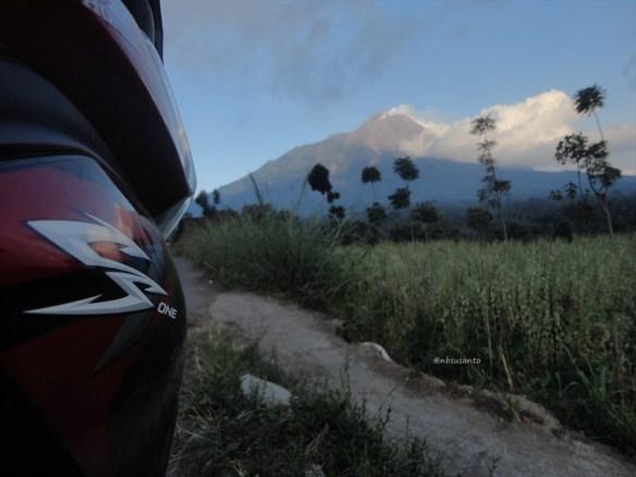 honda cs1 alien berlatar belakang gunung merapi di jalur magelang- boyolali via selo
