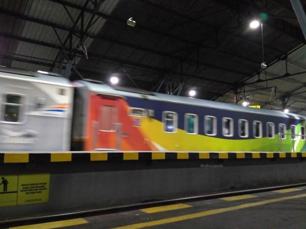 kereta-eksekutif-gajayana-livery-dulux-rangkaian-pesawat-di-stasiun-yogyakarta-tugu-1