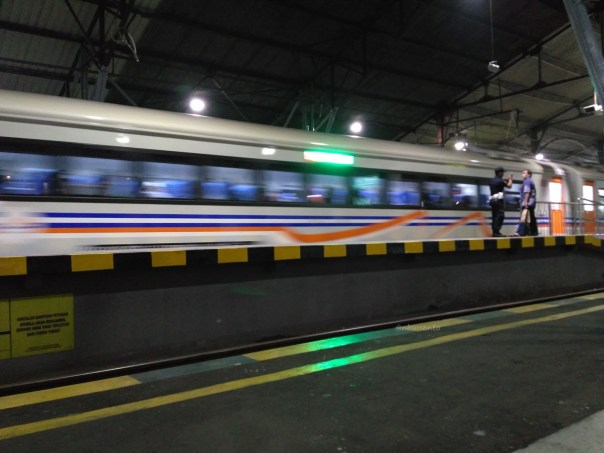 klb-ekonomi-tambahan-dengan-rangkaian-k3-0-16-surabaya-gubeng-jakarta-pasarsenen-melintas-langsung-stasiun-yogyakarta-tugu