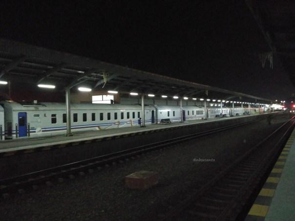 rangkaian-idle-kereta-eksekutif-argo-jati-di-stasiun-cirebon