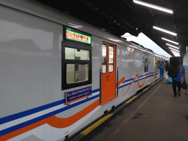 kereta-api-argo-parahyangan-kelas-ekonomi-bandung-jakarta-9