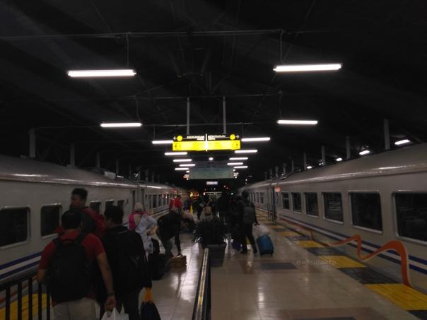 kereta-api-ekspress-lodaya-malam-solo-balapan-yogyakarta-tugu-bandung-hall-1